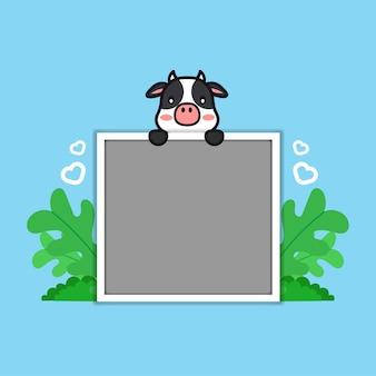 Foto de vaca fofa com animais engraçados em uma ilustração de desenho de quadro