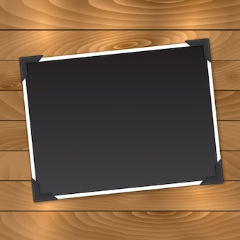 Foto em branco em um fundo de madeira