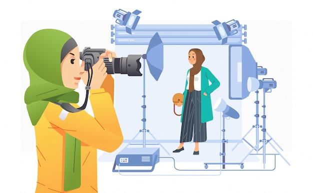 Fotógrafa jovem tirando uma foto da garota hijab na moda em ilustração de estúdio profissional. usado para pôster, imagem do site e outros