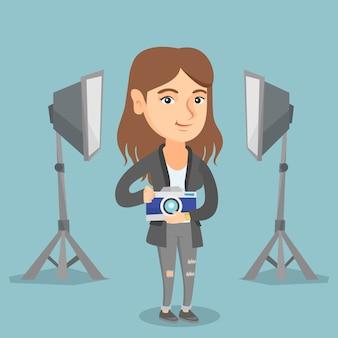 Fotógrafo com a câmera no estúdio de fotografia.