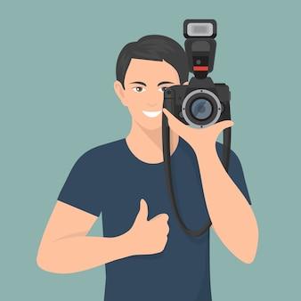 Fotógrafo masculino sorridente com câmara fotográfica profissional