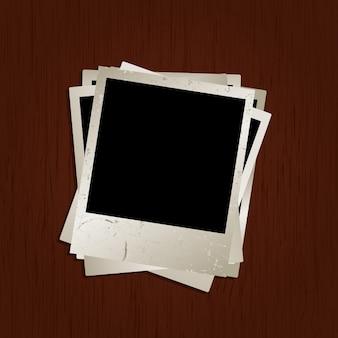 Fotos em branco no fundo de madeira com textura do grunge na foto superior