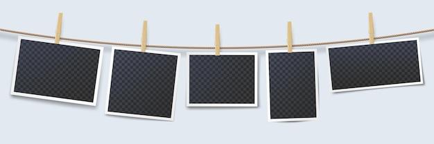 Fotos penduradas em uma corda presa com alfinetes de roupa