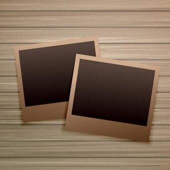 Frames velhos da foto no fundo de madeira