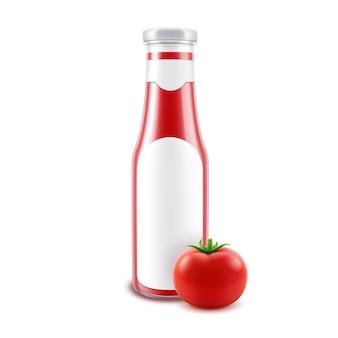 Frasco de ketchup vermelho brilhante de vidro em branco para a marca com rótulo e tomate fresco isolado no fundo branco