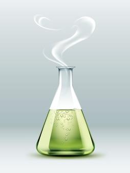 Frasco de laboratório químico de vidro transparente com líquido verde, bolhas e vapor isolado no fundo branco