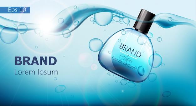Frasco de perfume afundando na água azul com bolhas de ar