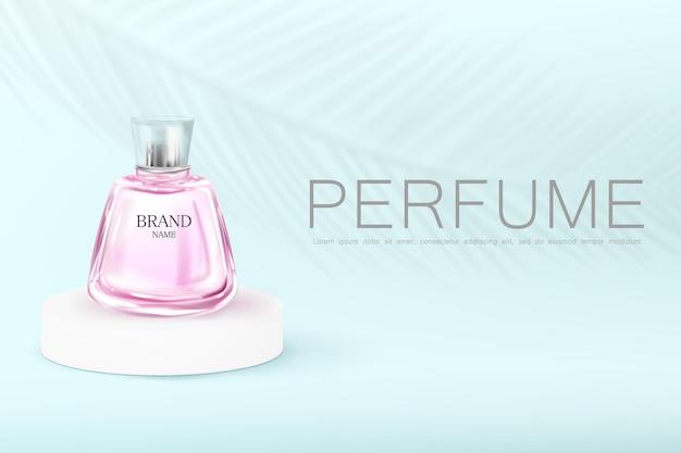Frasco de perfume rosa no pódio em um fundo azul com a sombra da planta