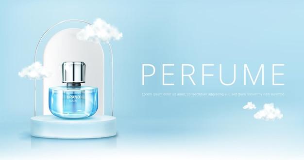 Frasco de spray de perfume no pódio com nuvens no céu simulado acima do banner. maquete do frasco de vidro sobre fundo azul do céu. publicidade de promoção de produtos cosméticos de fragrâncias perfumadas, ilustração em vetor 3d realista