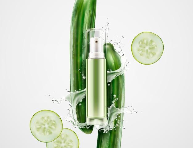 Frasco de spray em branco com pepinos e respingos de líquido no fundo branco, elementos de design cosmético