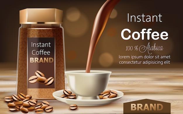 Frasco de vidro com café arábica instantâneo com grãos torrados em volta e uma xícara com líquido vertendo de cima. lugar para texto.