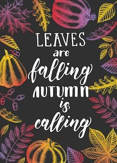 Frase de caligrafia de letras de outono - temporada de especiarias de abóbora feliz. citação de motivação feita à mão, folhas e abóboras.