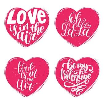 Frases de letras de mão o amor está no ar, oh la la. caligrafia em formas de coração.