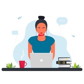 Freelance, estudar online, trabalhar a partir do conceito de casa. menina sentada com o laptop. a garota se senta à mesa e trabalha em um laptop com uma planta doméstica ao fundo. conceito freelance