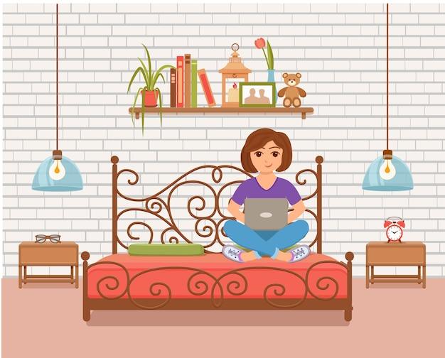 Freelancer jovem feliz trabalhando na cama na sala de casa. ilustração de menina sentada com computador e usando laptop, estudando ou fazendo rede em estilo simples interior de casa.