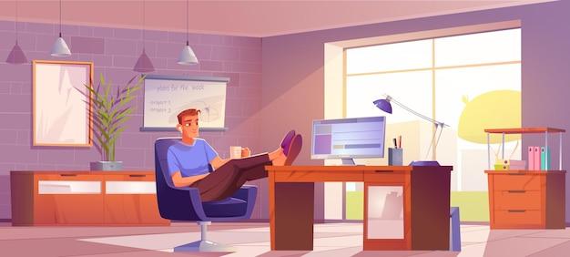 Freelancer no escritório em casa homem relaxado no local de trabalho