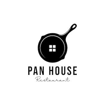 Frigideira com logotipo do restaurante da casa