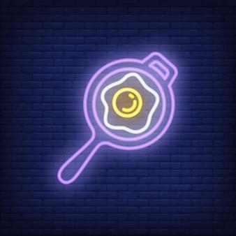 Frigideira com sinal de néon de ovo