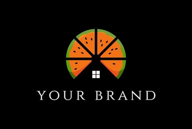 Fruta fresca de laranja com casa para imóveis ou chalé de madeira design de logotipo em vetor