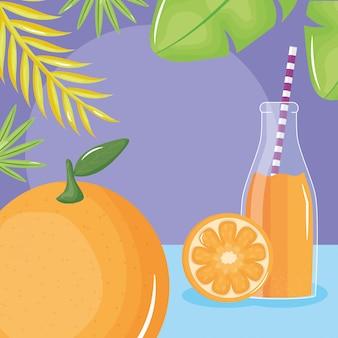 Fruta fresca do suco de laranja no botttle com palha nas folhas palmas