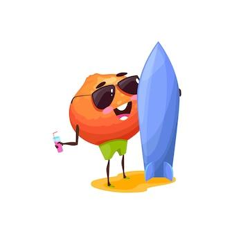 Fruta laranja com personagem de desenho animado engraçado prancha de surf isolada em óculos de sol com coquetel. citrino de verão vetor de férias de férias, surfista de comida tropical em repouso. recreação de verão, esporte e lazer