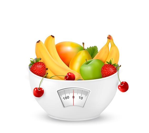 Frutas com balança. conceito de dieta.