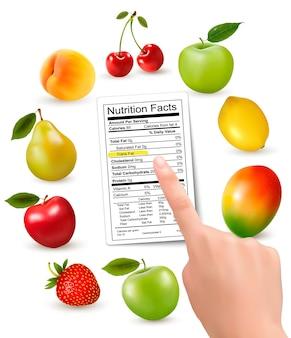 Frutas frescas com rótulo e mão de informações nutricionais.