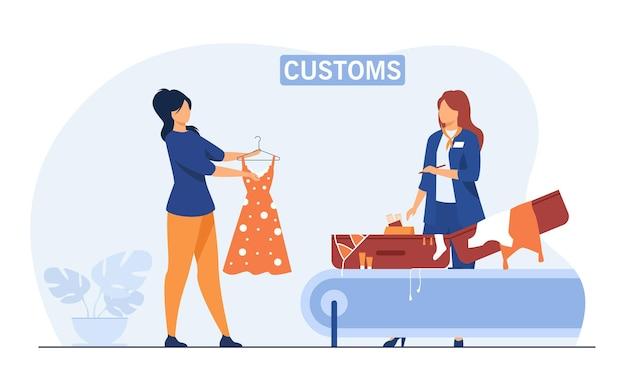 Funcionário da alfândega verificando a bagagem do turista. mulher mostrando mala e roupas para o inspetor