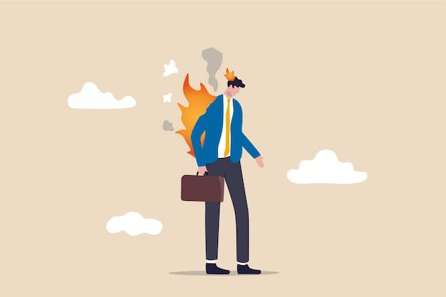 Funcionário esgotado, exausto de sobrecarga de trabalho ou tarefa, problema mental ou estressante de muito conceito de carga de trabalho, trabalhador de escritório de empresário deprimido com queimadura de fogo na cabeça e terno.