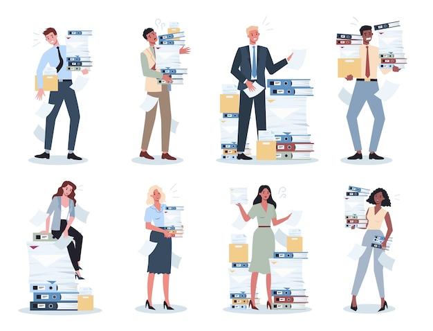 Funcionários de escritório com muita papelada