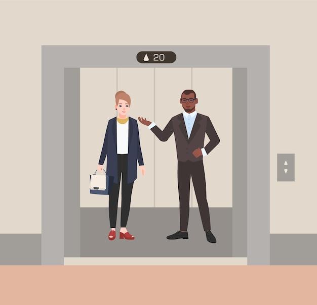 Funcionários de escritório ou balconistas sorridentes em pé no elevador com as portas abertas