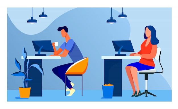 Funcionários trabalhando em computadores