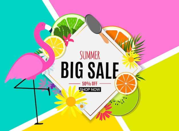 Fundo abstrato da venda do verão com folhas de palmeira e flamingo.