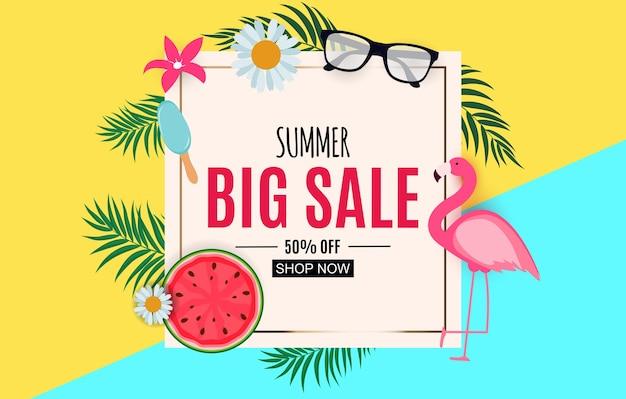 Fundo abstrato de venda de verão com folhas de palmeira e flamingo