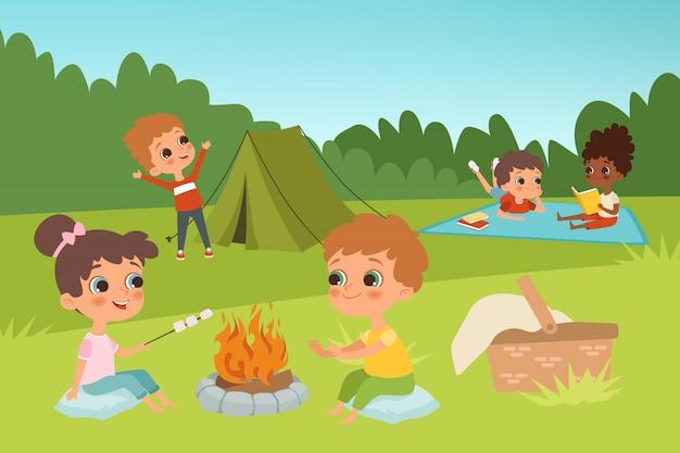 Fundo de acampamento de crianças com personagens de crianças e elementos de acampamento de verão