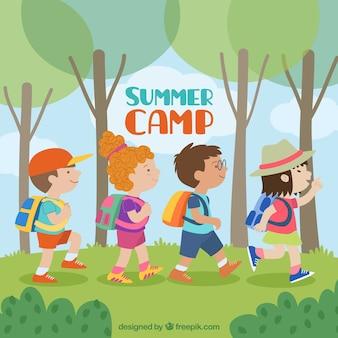 Fundo de acampamento de verão com crianças andando
