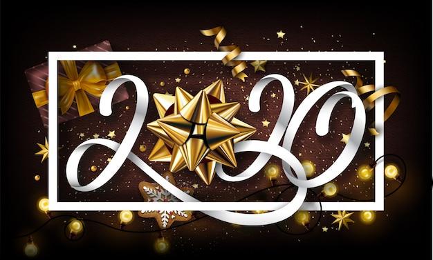Fundo de ano novo 2020 com presentes e elementos dourados