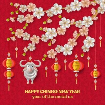 Fundo de feliz ano novo chinês com boi de metal branco criativo, ramos de sakura com flores e lanternas penduradas. modelo de cor vermelha