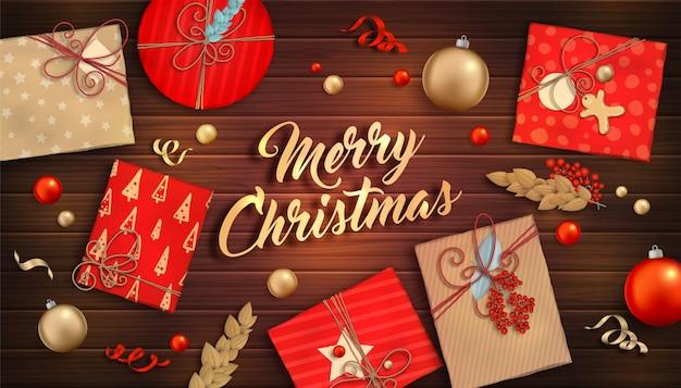 Fundo de feliz natal. enfeites vermelhos e dourados, caixas de presente e serpentina