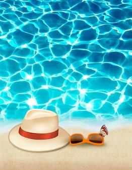 Fundo de férias com mar azul, um chapéu e óculos de sol. .