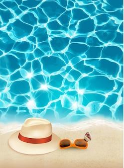 Fundo de férias com mar azul, um chapéu e óculos escuros. vetor.