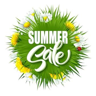 Fundo de letras de venda de verão com grama verde de verão e flores.