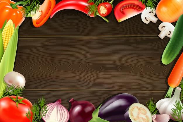 Fundo de madeira marrom com moldura composta de vegetais inteiros e fatiados coloridos