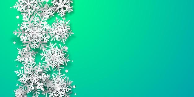 Fundo de natal com flocos de neve de papel com sombras suaves, branco sobre fundo turquesa
