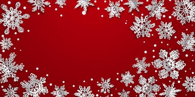 Fundo de natal com flocos de neve de papel volumoso com sombras suaves sobre fundo vermelho
