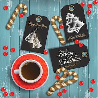 Fundo de natal com uma xícara de café e pão festivo e etiquetas de saudação em madeira azul