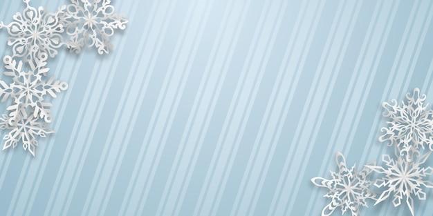 Fundo de natal com vários flocos de neve de papel com sombras suaves em fundo listrado de azul claro