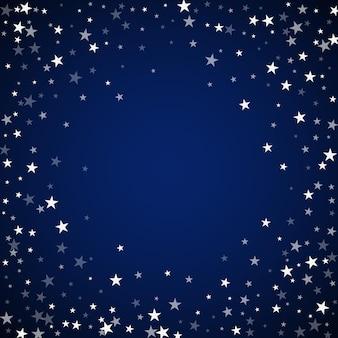 Fundo de natal de estrelas cadentes aleatórias. flocos de neve voando sutis e estrelas sobre fundo azul escuro à noite. divertido modelo de sobreposição de floco de neve de prata. ilustração em vetor legal. Vetor Premium