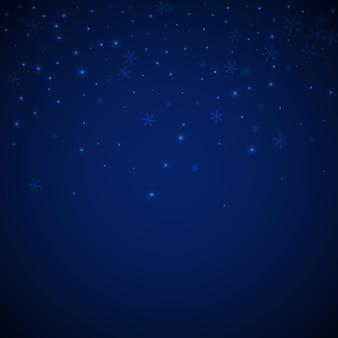 Fundo de natal de neve brilhante esparsa. flocos de neve voando sutis e estrelas sobre fundo azul escuro à noite. modelo de sobreposição de floco de neve de prata inverno vivo. ilustração em vetor elegante.