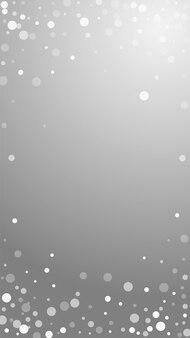 Fundo de natal de pontos brancos. flocos de neve voando sutis e estrelas em fundo cinza. modelo de sobreposição de floco de neve de prata de inverno admirável. ilustração vertical imaculada.